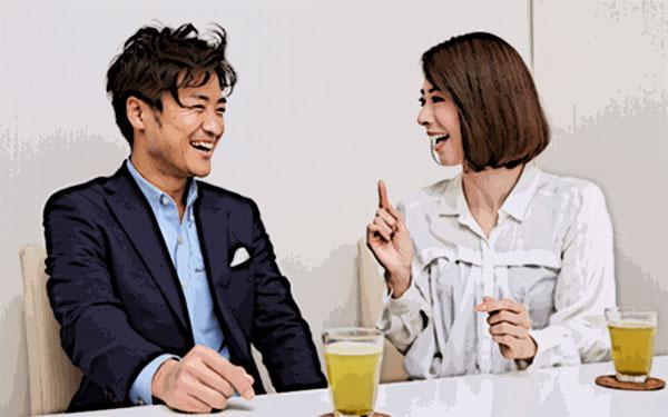 パーティーパーティーの個室で会話しているカップル