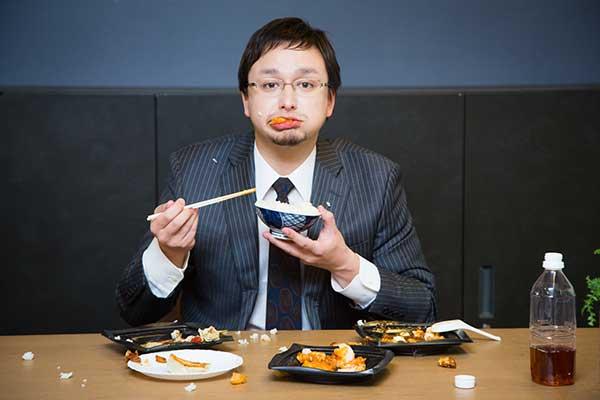 汚い食べ方をしている男性