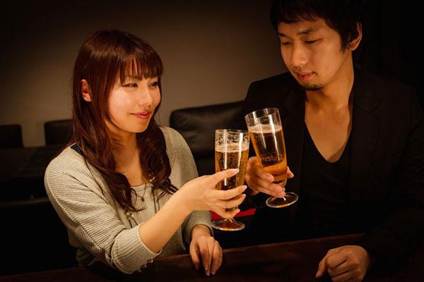 楽しく乾杯しているカップル